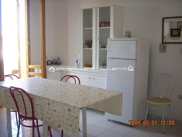 https://www.appartamentisalento.it/wp-content/gallery/melendugno_torre-dell-orso_appartamento-semeraro_primo-piano/torre-dell-orso_appartamento-semeraro_primo-piano_soggiorno-angolo-cottura_foto-02.jpg
